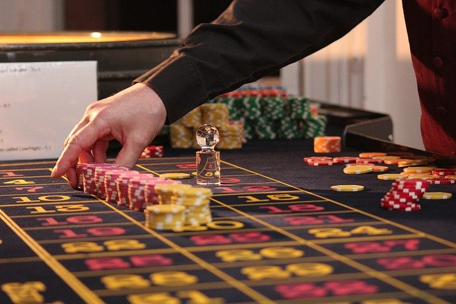 How do online casinos earn money